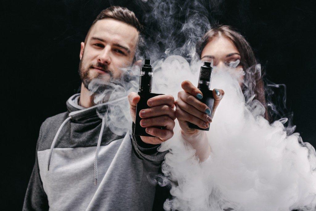 couple using e-cigarette