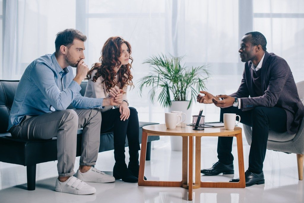 couple talking to a divorce therapist
